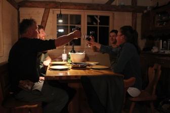 Die Jagdgruppe erfreut sich der Beute und stösst gerne mit einem Glas Wein an.
